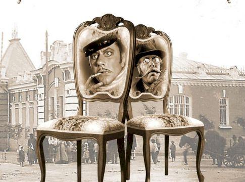 За стульями
